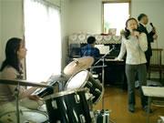 ピアノやドラムに合わせて、神様を賛美します