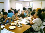みんなで歓談をしながら、楽しく食事をします