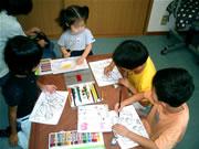 ぬり絵をしている、小さいおともだちのクラス